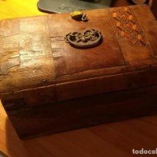 Antigüedades: ANTIGUA CAJA TARACEADA ISABELINA, ASAS DE PORCELANA Y FLOR DE LIS DE BRONCE, CON LLAVE Y CERRADURA. Lote 197284885
