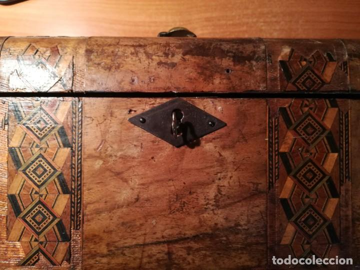 Antigüedades: Antigua caja taraceada isabelina, asas de porcelana y flor de lis de bronce, con llave y cerradura - Foto 2 - 197284885