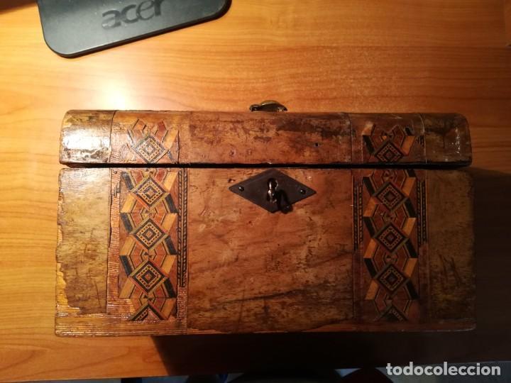 Antigüedades: Antigua caja taraceada isabelina, asas de porcelana y flor de lis de bronce, con llave y cerradura - Foto 3 - 197284885