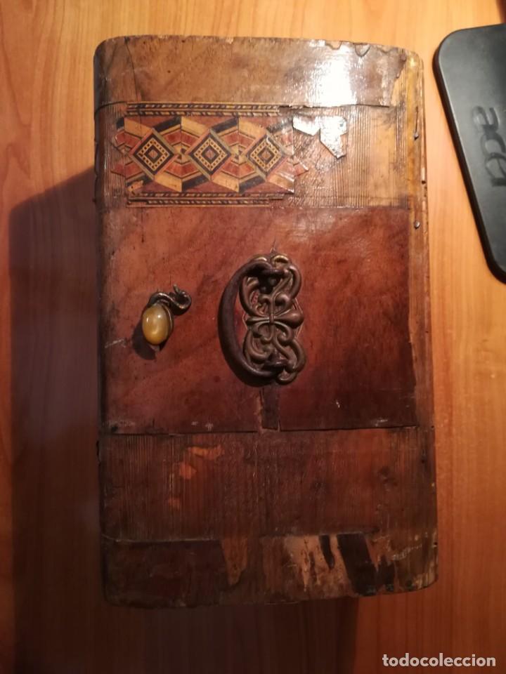 Antigüedades: Antigua caja taraceada isabelina, asas de porcelana y flor de lis de bronce, con llave y cerradura - Foto 4 - 197284885