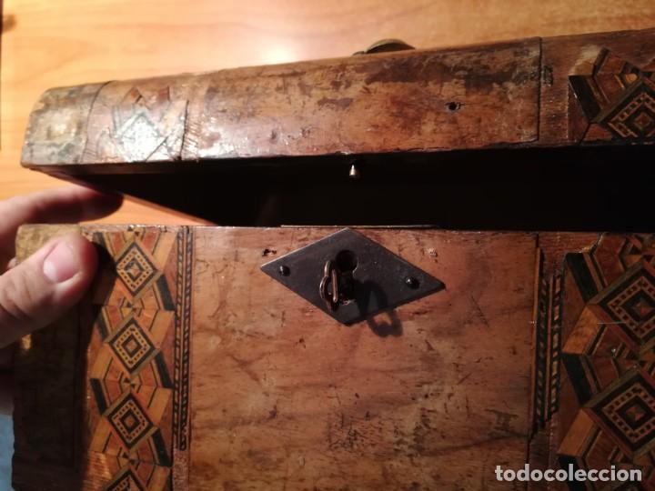 Antigüedades: Antigua caja taraceada isabelina, asas de porcelana y flor de lis de bronce, con llave y cerradura - Foto 5 - 197284885