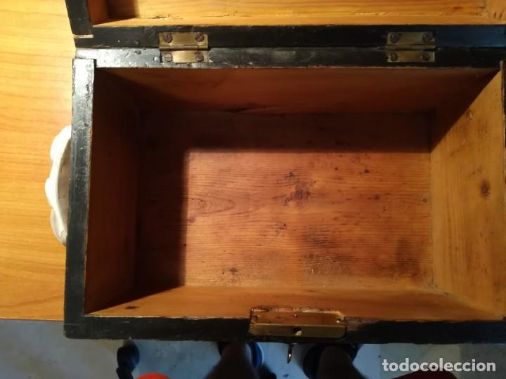 Antigüedades: Antigua caja taraceada isabelina, asas de porcelana y flor de lis de bronce, con llave y cerradura - Foto 6 - 197284885
