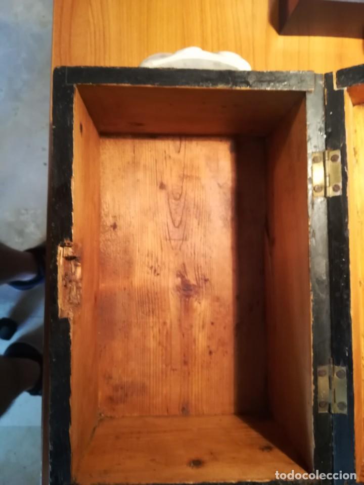 Antigüedades: Antigua caja taraceada isabelina, asas de porcelana y flor de lis de bronce, con llave y cerradura - Foto 7 - 197284885