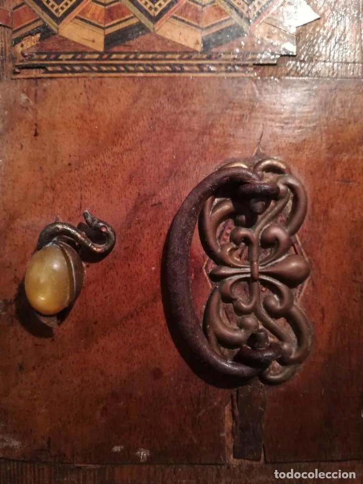 Antigüedades: Antigua caja taraceada isabelina, asas de porcelana y flor de lis de bronce, con llave y cerradura - Foto 8 - 197284885