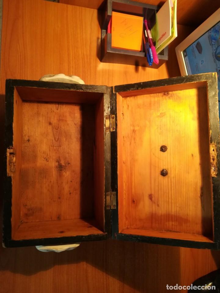 Antigüedades: Antigua caja taraceada isabelina, asas de porcelana y flor de lis de bronce, con llave y cerradura - Foto 10 - 197284885