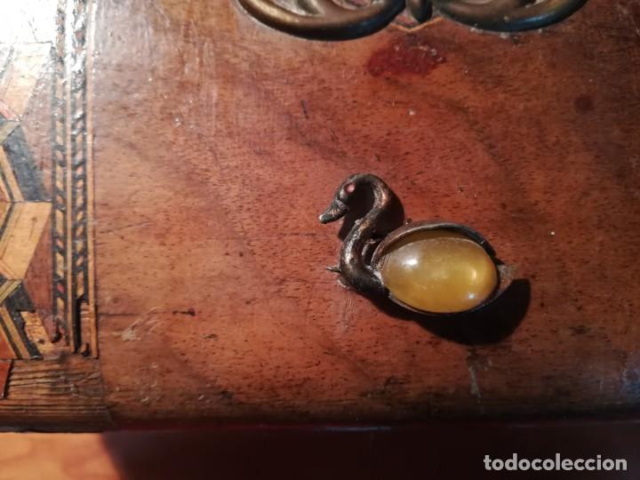 Antigüedades: Antigua caja taraceada isabelina, asas de porcelana y flor de lis de bronce, con llave y cerradura - Foto 12 - 197284885