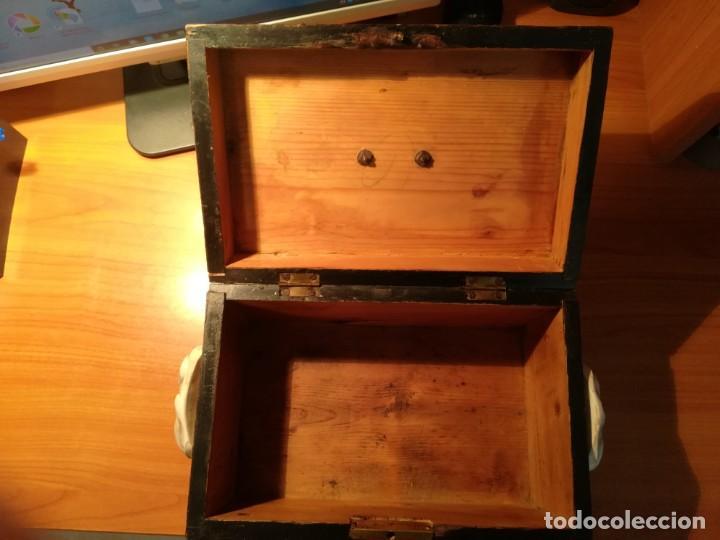 Antigüedades: Antigua caja taraceada isabelina, asas de porcelana y flor de lis de bronce, con llave y cerradura - Foto 13 - 197284885