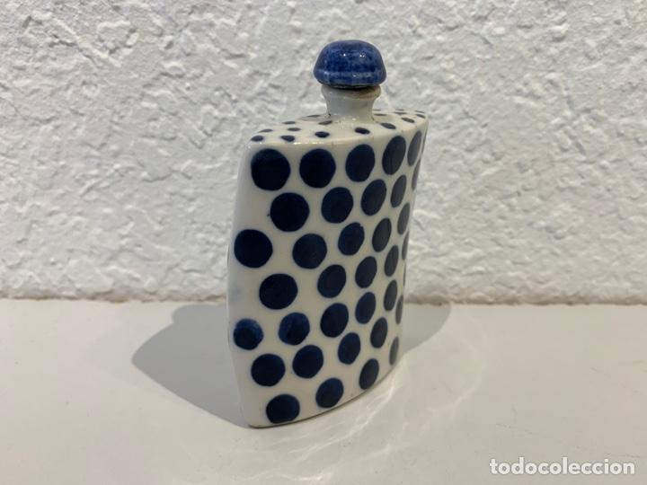 Antigüedades: Snuff bottle perfumero en porcelana blanca y azul, asiático. Principios del siglo XX. - Foto 2 - 197299843