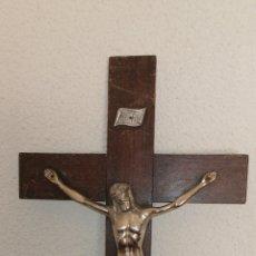 Antigüedades: ANTIGUO CRUCIFIJO CON CRUZ EN MADERA Y CRISTO METAL PLATEADO. Lote 197313650