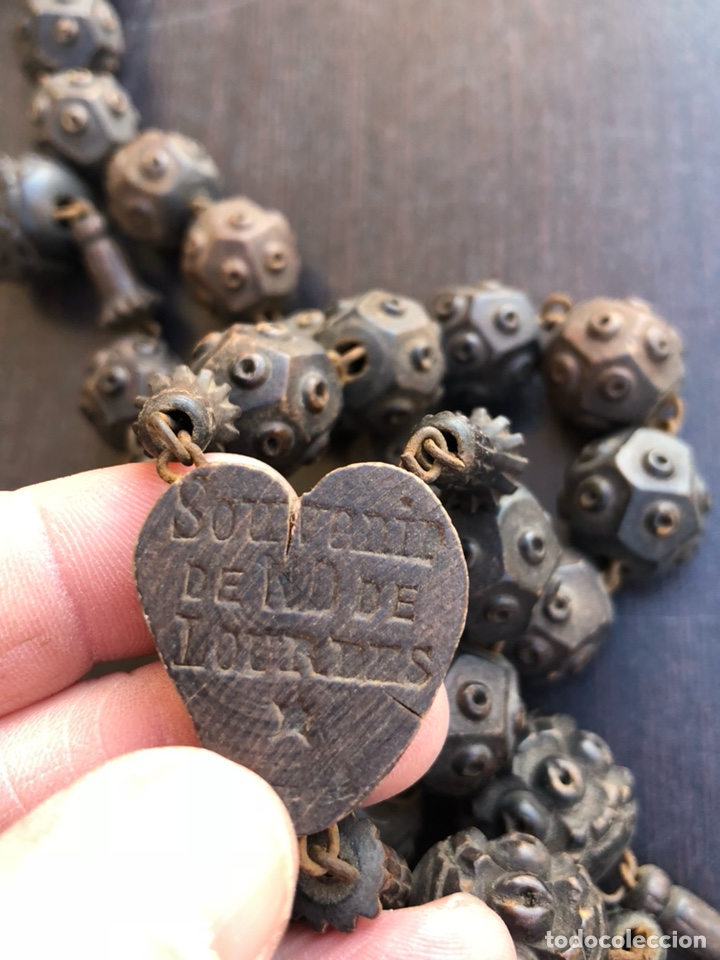 Antigüedades: Bonito rosario de cama antiguo, echo a mano íntegramente en madera, virgen de Lourdes - Foto 8 - 197339193