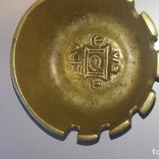 Antigüedades: CENICERO ANTIGUO DE BRONCE, CON RELIEVES EN BASES INTERNA Y EXTERNA, DENTADO. Lote 197356806