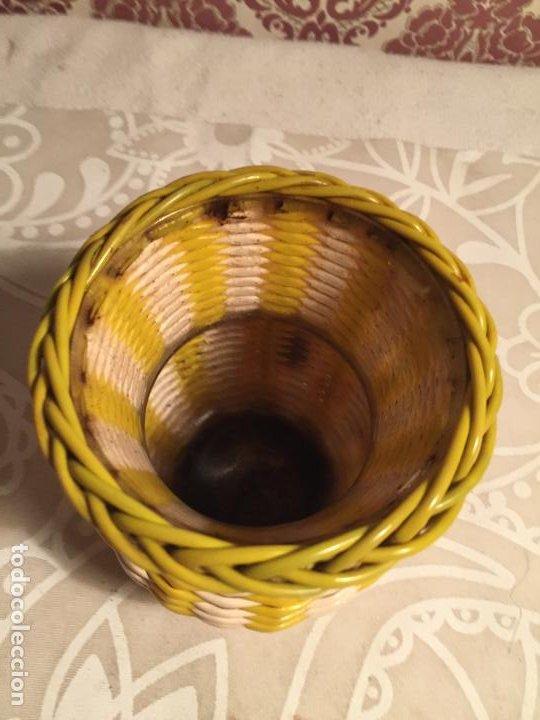 Antigüedades: Antiguo jarrón / florero DE CRISTAL DECORADA CON HILOS SCOUBIDOU DE PLASTICO DE COLORES. AÑOS 60 - Foto 3 - 197371650