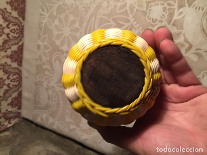 Antigüedades: Antiguo jarrón / florero DE CRISTAL DECORADA CON HILOS SCOUBIDOU DE PLASTICO DE COLORES. AÑOS 60 - Foto 6 - 197371650