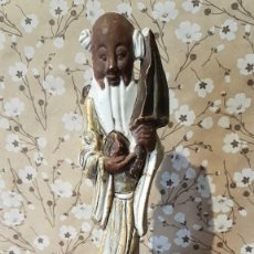 Antigüedades: ANTIGUA FIGURA DE PORCELANA JAPONESA SOBRE PEANA DE MADERA, TAL CUAL SE VE.. Lote 197413102