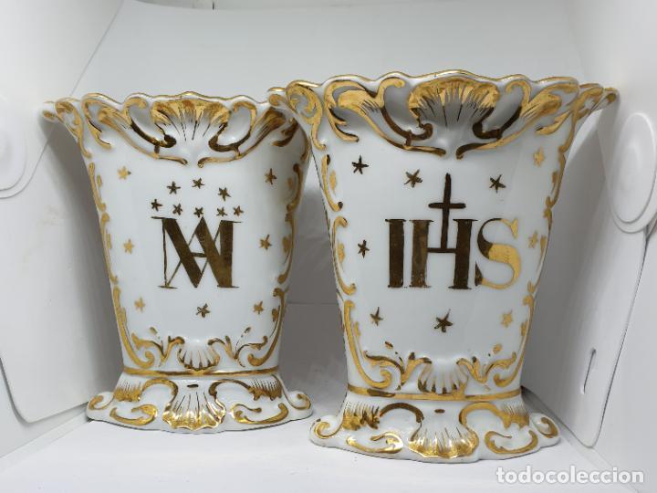 FABULOSOS JARRONES RELIGIOSOS CON ANAGRAMAS Y VIRGEN CON NIÑO EN PORCELANA VIEJO PARIS,S. XIX (Antigüedades - Religiosas - Ornamentos Antiguos)