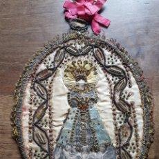 Antigüedades: ESPECTACULAR GRAN ESCAPULARIO O BORDADO DE MANTON DE VIRGEN SEDA, HILO ORO Y PLATA ,LITOGRAFIA 1800. Lote 197530352