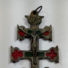 Antigüedades: CRUZ DE CARAVACA EN METAL PARCIALMENTE DORADO CINCELADO S. XVIII – XIX.. Lote 197540417