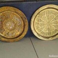 Antigüedades: PAREJA DE PLATOS GRABADOS EN LATÓN O COBRE MARROQUÍES. DECORATIVOS, PARA COLGAR. DIÁMETRO 30,3 CM. . Lote 197585331