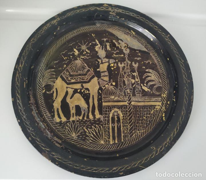 Antigüedades: Pareja de plato y bandeja grabados de latón o cobre marroquíes. Decorativos, para colgar. - Foto 3 - 197701990