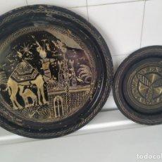 Antigüedades: PAREJA DE PLATO Y BANDEJA GRABADOS DE LATÓN O COBRE MARROQUÍES. DECORATIVOS, PARA COLGAR. . Lote 197701990