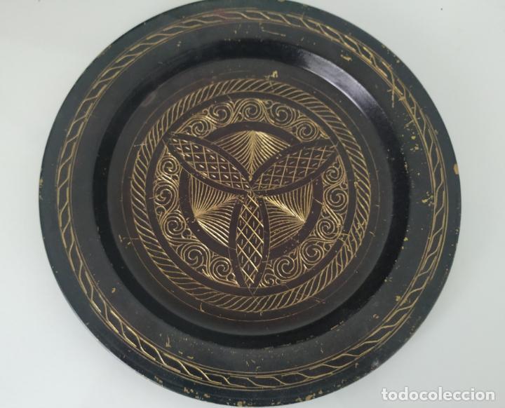 Antigüedades: Pareja de plato y bandeja grabados de latón o cobre marroquíes. Decorativos, para colgar. - Foto 4 - 197701990