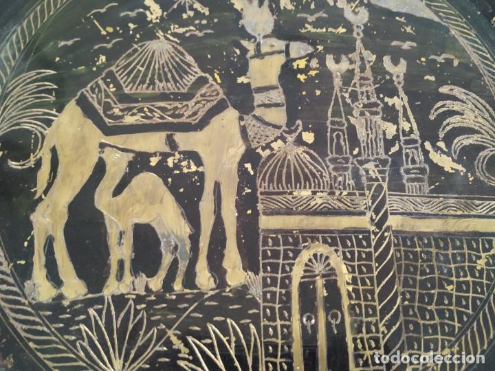 Antigüedades: Pareja de plato y bandeja grabados de latón o cobre marroquíes. Decorativos, para colgar. - Foto 5 - 197701990
