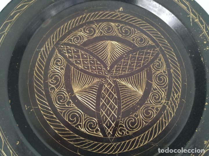 Antigüedades: Pareja de plato y bandeja grabados de latón o cobre marroquíes. Decorativos, para colgar. - Foto 6 - 197701990