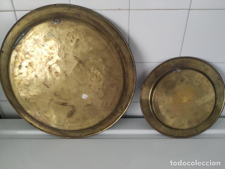 Antigüedades: Pareja de plato y bandeja grabados de latón o cobre marroquíes. Decorativos, para colgar. - Foto 7 - 197701990