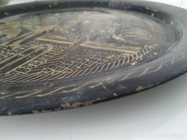 Antigüedades: Pareja de plato y bandeja grabados de latón o cobre marroquíes. Decorativos, para colgar. - Foto 8 - 197701990