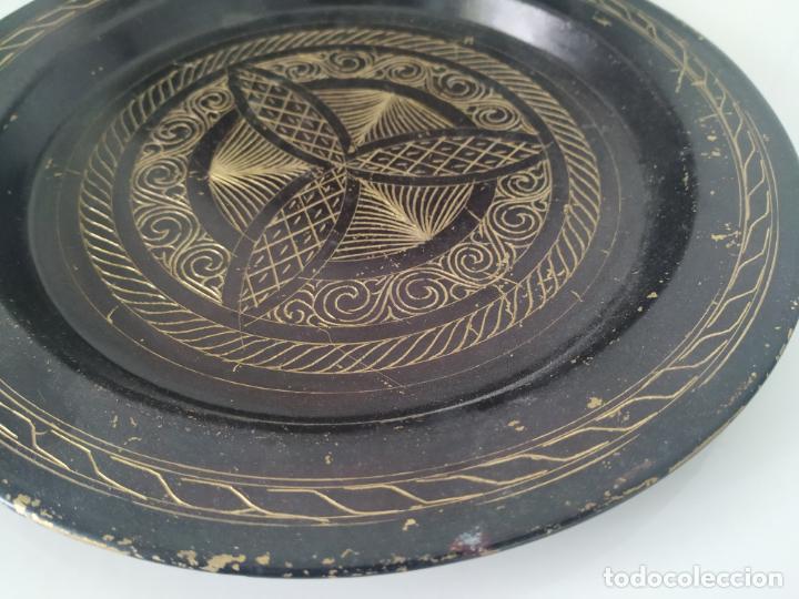 Antigüedades: Pareja de plato y bandeja grabados de latón o cobre marroquíes. Decorativos, para colgar. - Foto 9 - 197701990