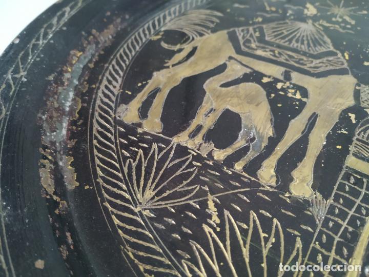Antigüedades: Pareja de plato y bandeja grabados de latón o cobre marroquíes. Decorativos, para colgar. - Foto 11 - 197701990