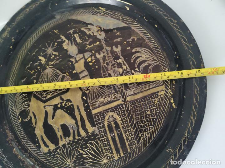 Antigüedades: Pareja de plato y bandeja grabados de latón o cobre marroquíes. Decorativos, para colgar. - Foto 12 - 197701990
