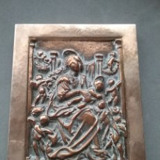 Antigüedades: ANTIGUO PORTAPAZ EN BRONCE CON ESCENA RELIGIOSADENTRO DE UN MARCO DE PLATA R. SUNYER.. Lote 197715982