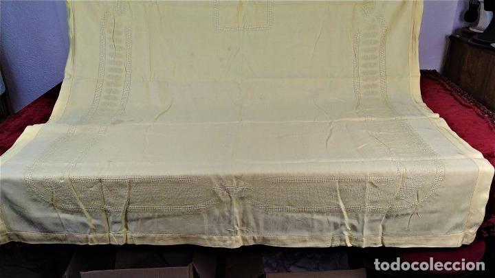 Antigüedades: GRAN MANTELERIA DE 12 SERVICIOS. CREPE DAMASCO DE LINO Y VISCOSA. ESPAÑA. CIRCA 1900 - Foto 7 - 197742055