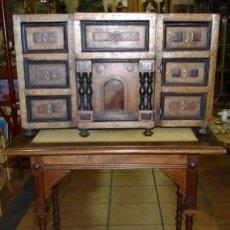 Antigüedades: BARGUEÑO FINALES DEL SIGLO XIX. MEZCLA DE MADERAS CON PIEZAS DE CAREY. MESA DE NOGAL. Lote 197825581