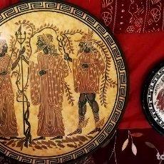 Antiquités: DOS PALTOS DECORATIVOS AÑOS 70 DE GRECIA - MITOLOGIA GRIEGA - BARRO. PINTADOS A MANO 24,5CMS Y 13CMS. Lote 197836877