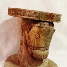 Antigüedades: TALLA · TABURETE ANTIGUO HECHO DE UNA SOLA PIEZA CON CABEZA DE CABALLO. Lote 197841243