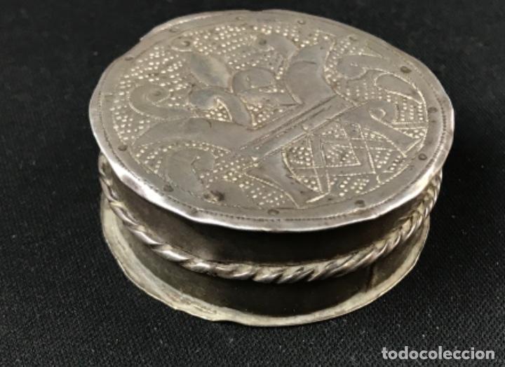 Antigüedades: MUY ANTIGUO RELICARIO DEVOCIONARIO EN PLATA REPUJADA Y RELIEVE DE BULTO VIRREINATO MEXICO SG XVII - Foto 5 - 197965780