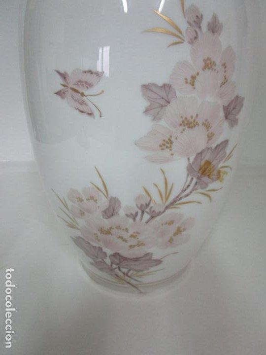 Antigüedades: Bonito Jarrón, Tibor - Porcelana Pintada a Mano - Marca NK Kaiser - Diseñador K. Nosak - Foto 2 - 197973428
