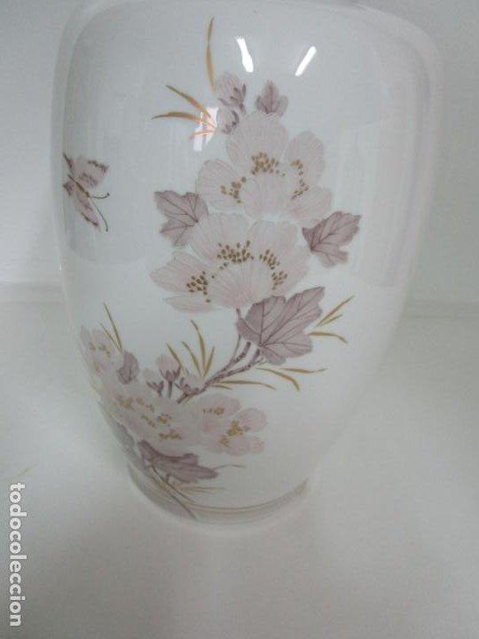 Antigüedades: Bonito Jarrón, Tibor - Porcelana Pintada a Mano - Marca NK Kaiser - Diseñador K. Nosak - Foto 3 - 197973428