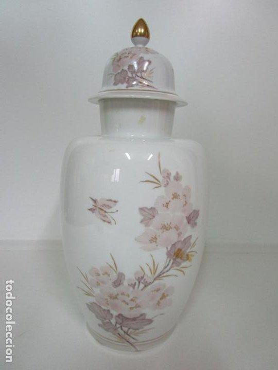Antigüedades: Bonito Jarrón, Tibor - Porcelana Pintada a Mano - Marca NK Kaiser - Diseñador K. Nosak - Foto 5 - 197973428