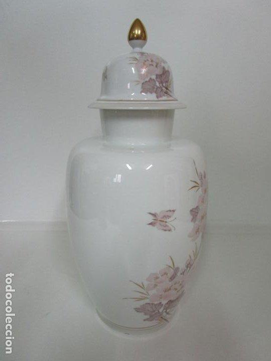 Antigüedades: Bonito Jarrón, Tibor - Porcelana Pintada a Mano - Marca NK Kaiser - Diseñador K. Nosak - Foto 6 - 197973428