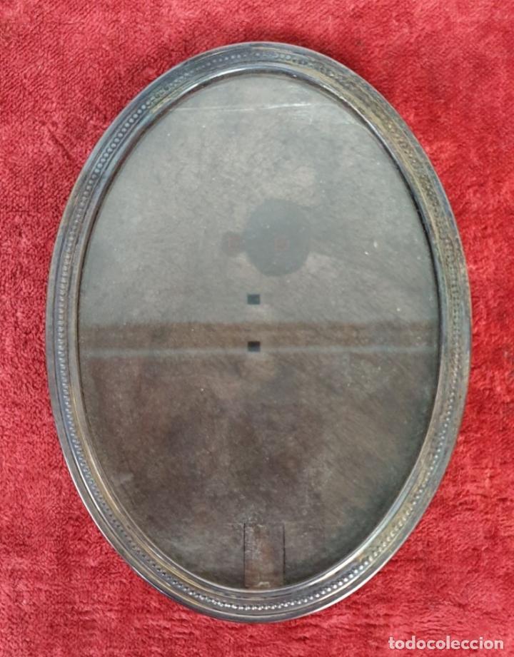 Antigüedades: JUEGO DE 4 MARCOS PARA FOTOGRAFIA. FORMA OVAL. REMATES DE PLATA. SIGLO XX. - Foto 2 - 197987486
