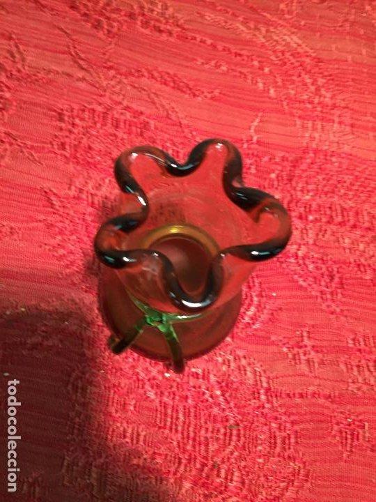Antigüedades: Antiguo pequeño jarrón / florero de cristal soplado a mano años 60-70 - Foto 2 - 198025787