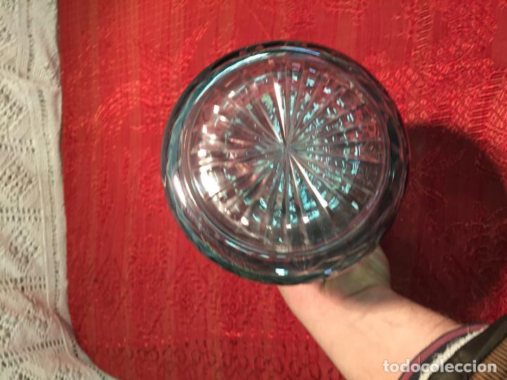 Antigüedades: Antigua licorera de cristal soplado a mano y tallado con tapón color verde años 50 - Foto 4 - 198027341
