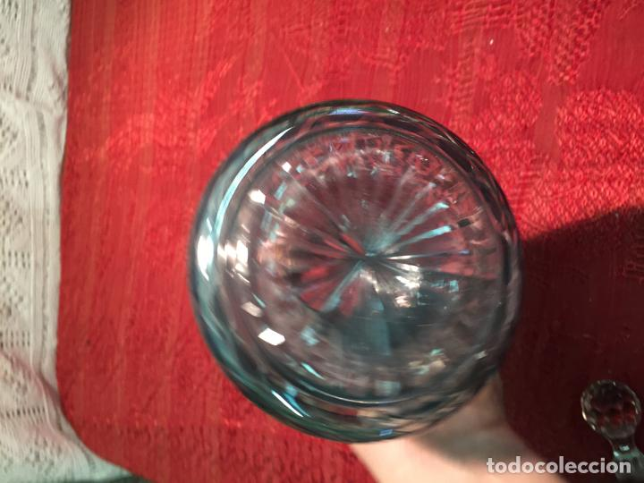 Antigüedades: Antigua licorera de cristal soplado a mano y tallado con tapón color verde años 50 - Foto 7 - 198027341