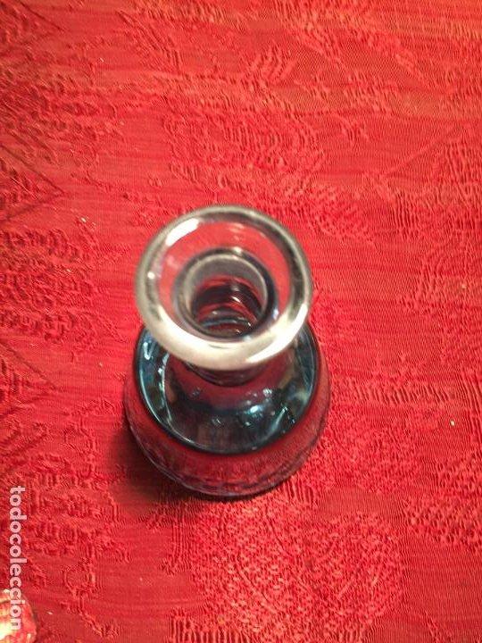 Antigüedades: Antigua licorera de cristal soplado a mano y tallado con tapón color verde años 50 - Foto 9 - 198027341
