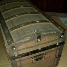 Antigüedades: BONITO Y ANTIGUO BAÚL. PEQUEÑAS DIMENSIONES. Lote 198045008