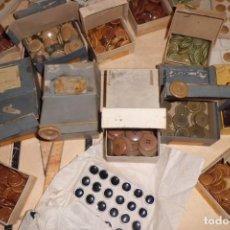 Antigüedades: LOTE DE 5.000 BOTONES, AÑOS 50 Y 60, NUEVOS EN SUS CAJAS.. Lote 198055390