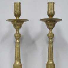 Antigüedades: PAREJA DE CANDELABROS DE ALTAR DE BRONCE. SIGLO XIX. Lote 198134571